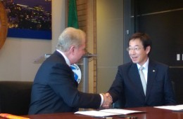 Seattle Mayor Ed Murray and Mayor Hisamoto shake hands after signing the Letter of Intent for business exchange